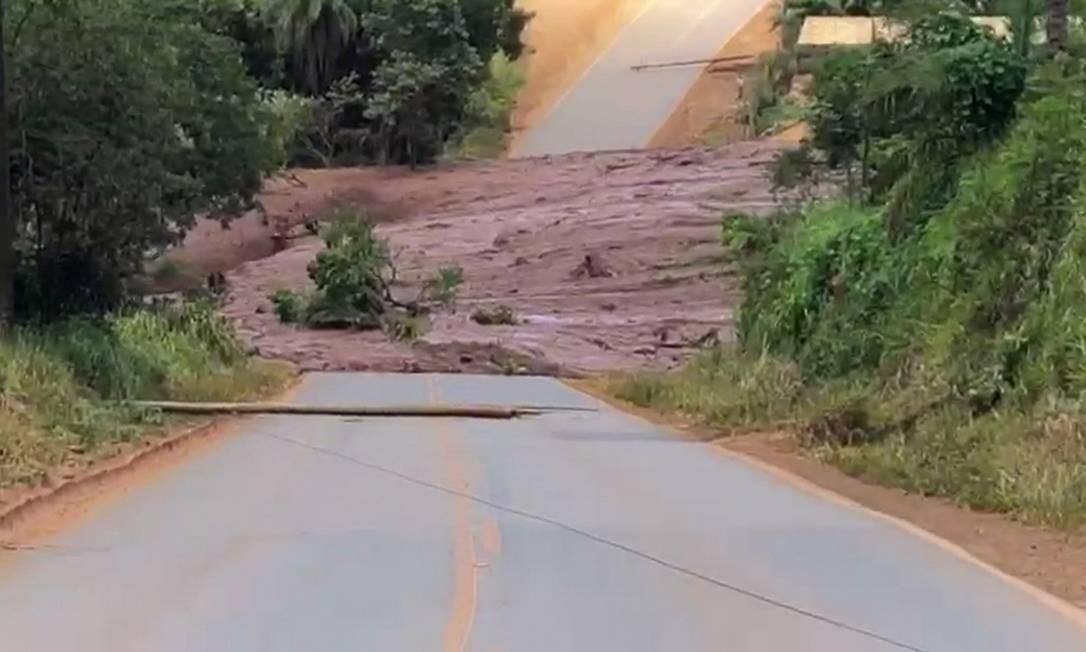Lama de rejeitos de mineração atravessa estrada após rompimento de barragem em Brumadinho (MG), na Região Metropolitana de Belo Horizonte Foto: Reprodução / Agência O Globo