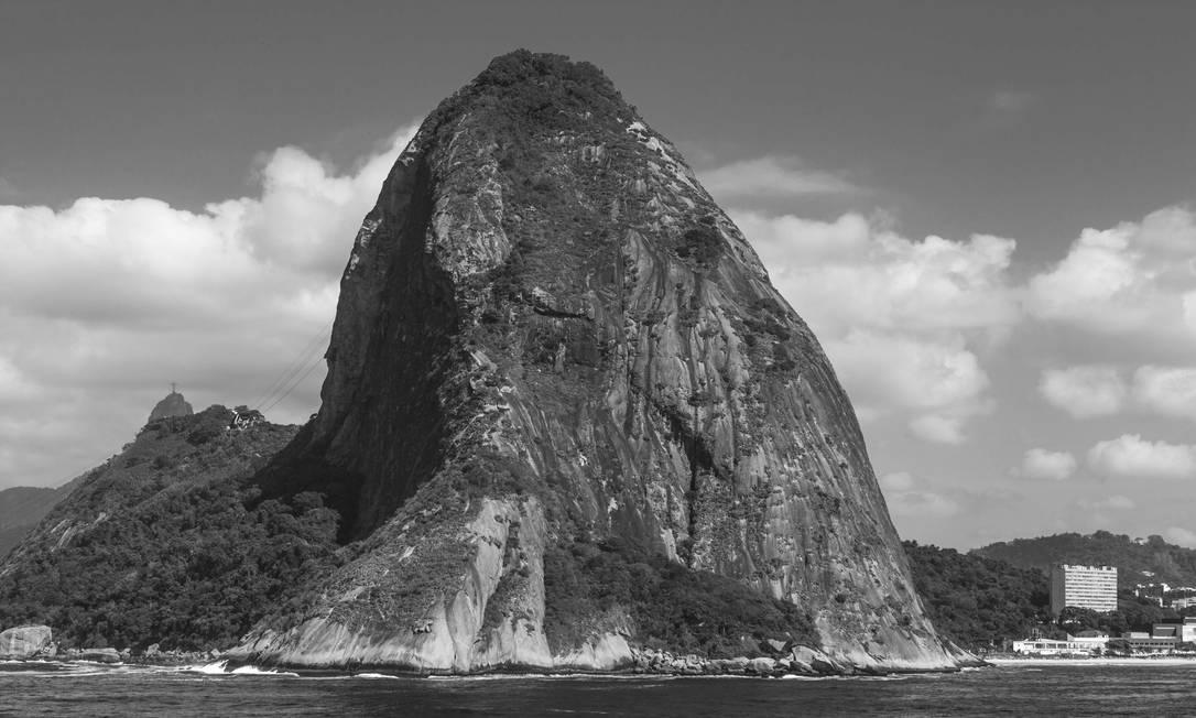 Pão de Açúcar com o Cristo ao fundo fotografado do alto de um navio da Marinha Foto: Rafael Duarte