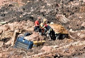 Socorristas trabalham na área do rompimento da barragem da Vale em Brumadinho, em Minas Foto: Uarlen Valerio / O Tempo / Agência O Globo / Agência O Globo
