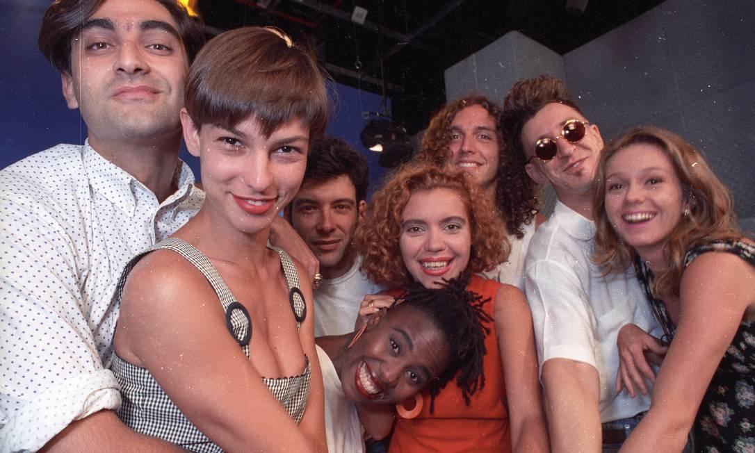 Vj's da MTV em 1992: da esq. para a dir. Zeca Camargo, Maria Paula, Daniel Benevides, Rita, Astrid Fontenelle, Gastão, Luis Thunderbird e Cuca Foto: Luiz Paulo Lima / Agência O Globo