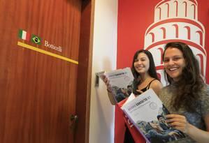 Itália. Alunas do Instituto Italiano, Bruna (à esquerda) e Giovana estão se preparando o Celi Foto: Roberto Moreyra / Agência O Globo