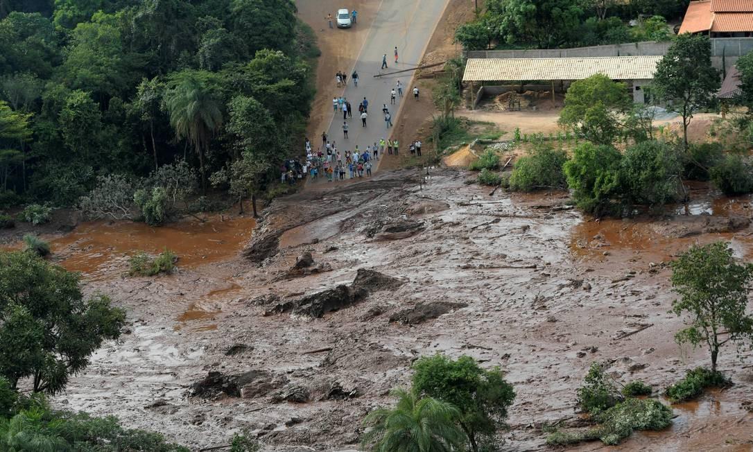 Moradores observam a dimensão da tragédia em Brumadinho Foto: WASHINGTON ALVES / REUTERS