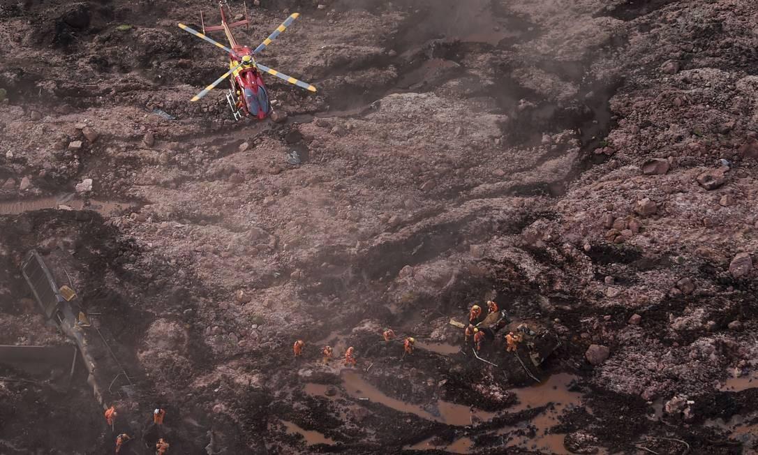 Socorristas trabalham na área da Vale onde houve rompimento da barragem em Mariana Foto: DOUGLAS MAGNO / AFP