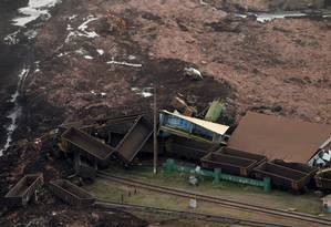 A lama também atingiu área ferroviária da mineradora Foto: WASHINGTON ALVES / REUTERS