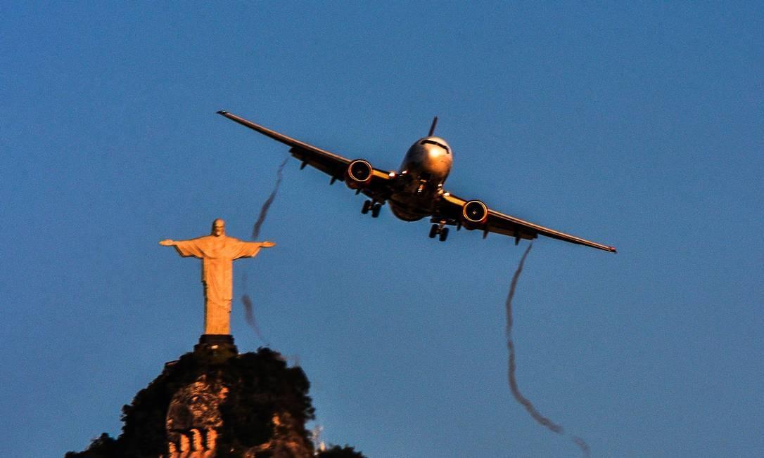 """""""Rio ao amanhecer"""", de Carlos Monteiro - Avião passa com o Cristo Redentor ao fundo Foto: Carlos Monteiro"""