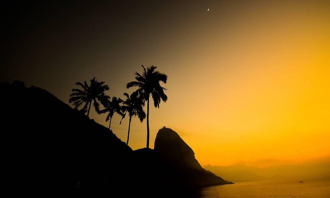 """""""Rio ao amanhecer"""", de Carlos Monteiro - Lua ainda presente no amanhecer à beira-mar Foto: Carlos Monteiro"""