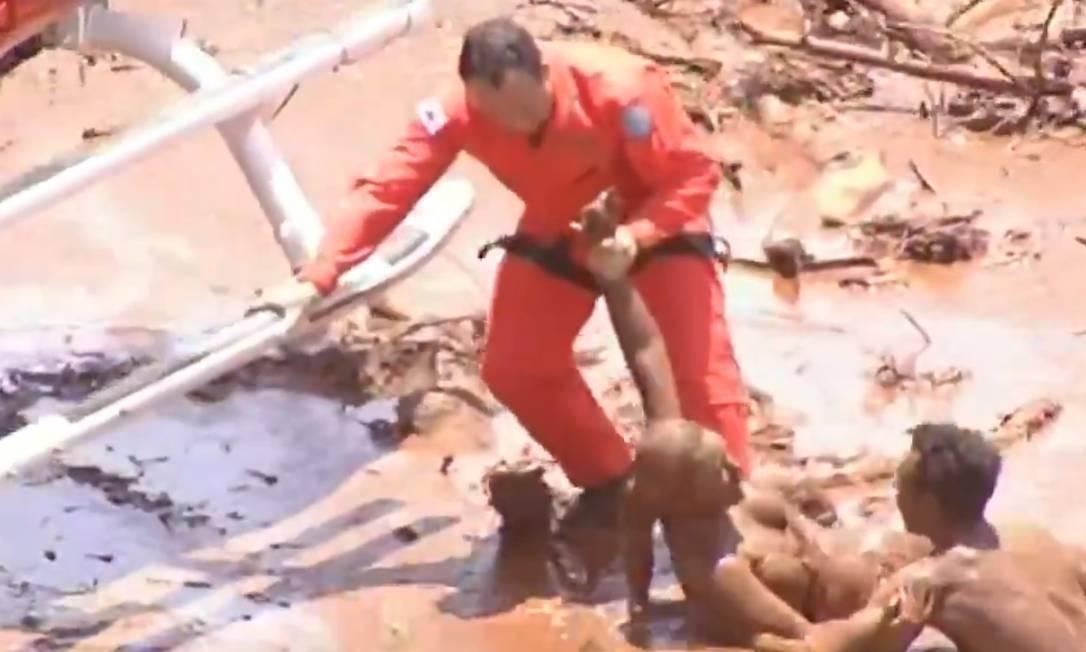 Vítimas cobertas de lama são resgatadas por helicóptero do Corpo dos Bombeiros de Minas Gerais em Brumadinho Foto: Reprodução / Agência O Globo