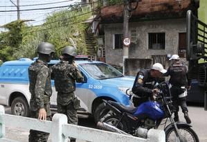 Militares das Forças Armadas e da Polícia Militar durante operação em Santa Rosa, em março de 2018. Foto: Antonio Scorza / Agência O Globo