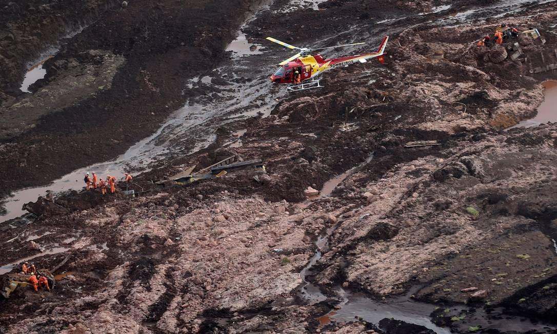 Bombeiros procuram vítimas do rompimento da barragem Foto: DOUGLAS MAGNO / AFP