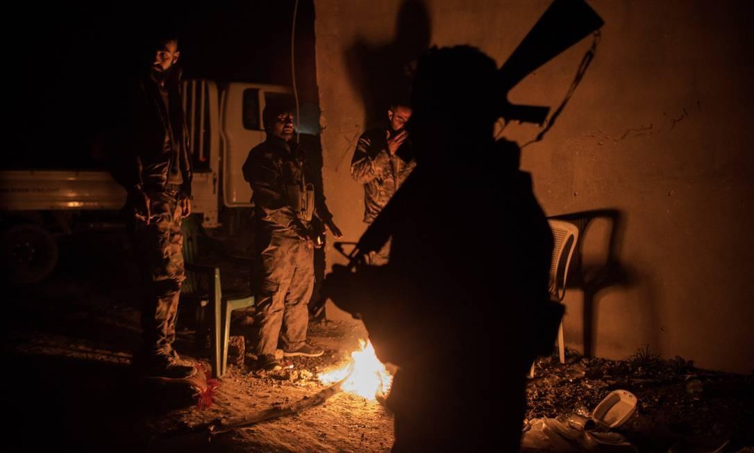 Soldados da tribo Shaitat, massacrada pelo Estado Islâmico em 2014, se preparam para avançar contra posições do EI na cidade de al-Shafa, na Síria, em busca de vingança Yan Boechat / .