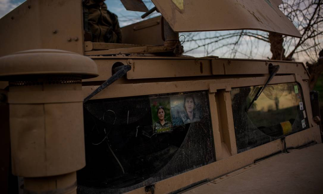 Soldados das Forças Democráticas Sírias, lideradas pelos curdos, enfrentam os militantes remanescentes do Estado Islâmico no último bolsão controlado pelos extremistas, na fronteira entre Síria e Iraque Yan Boechat / .