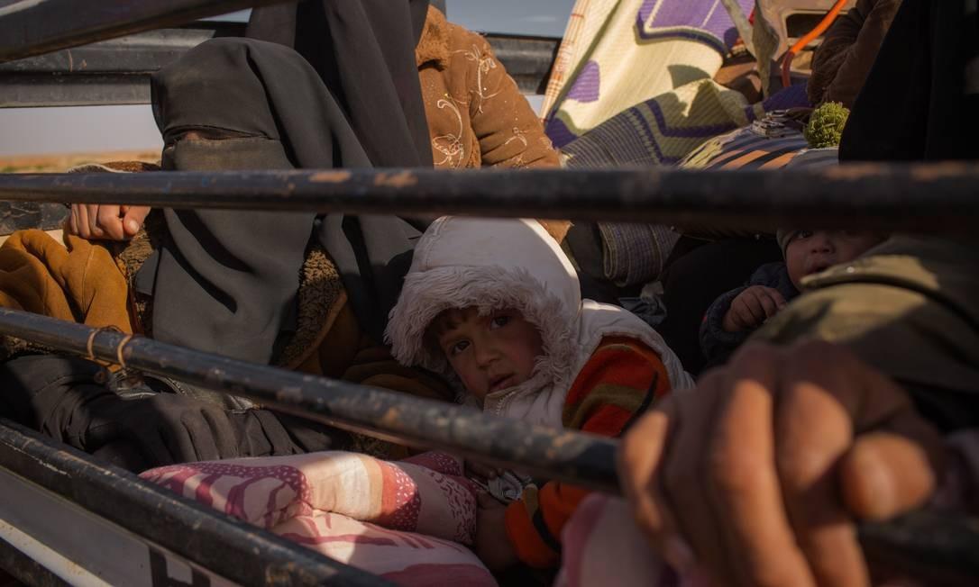 Famílias dos combatentes do Estado Islâmico e civis que viviam até agora sob o controle dos extremistas fogem dos bombardeios e das batalhas e se entregam aos soldados das Forças Democráticas Sírias, lideradas pelos curdos Yan Boechat / .