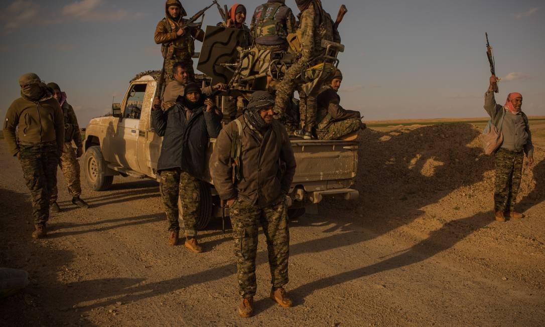 Soldados da tribo Shaitat, massacrada pelo Estado Islmico em 2014, se preparam para avançar contra posições do EI na cidade de al-Shafa, na Síria, em busca de vingança Foto: Yan Boechat / .