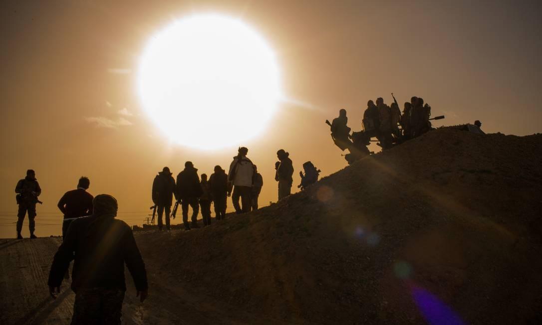 Soldados das Forças Democráticas Sírias, lideradas pelos curdos e apoiadas pelos EUA, enfrentam os militantes remanescentes do Estado Islâmico no último bolsão controlado pelos extremistas, na fronteira entre Síria e Iraque Foto: Yan Boechat / .