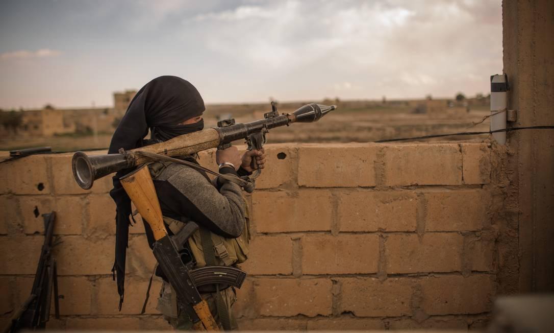 Soldados das Forças Democráticas Sírias (FDS) enfrentam os militantes remanescentes do Estado Islâmico no último bolsão controlado pelos extremistas, às margens do Rio Eufrates Foto: Yan Boechat / .