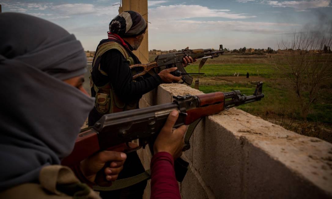 Soldados das Forças Democráticas Sírias enfrentam os militantes remanescentes do Estado Islâmico no último bolsão controlado pelos extremistas, na fronteira entre a Síria e o Iraque; calcula-se que ainda estão lá até 5 mil combatentes do EI Foto: Yan Boechat / .