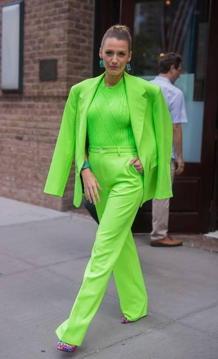 Os anos 1990 foram o auge da cultura das tribos: enquanto góticos fugiam de cores como quem foge da cruz, clubbers caíam na pista com roupas néon. Agora, os tons fluorescentes voltam à cena graças a fashionistas como Blake Lively (ao lado) e Kylie Jenner, que ama biquínis e tops em cores nada discretas. Foto: Divulgação