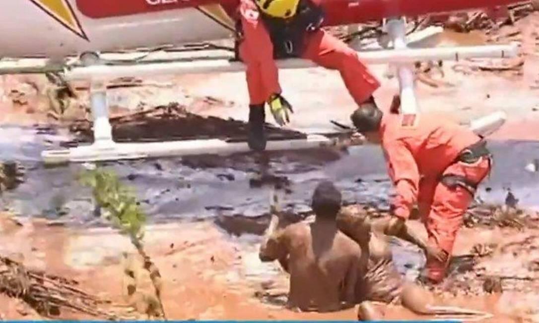Vítimas cobertas de lama são resgatadas por helicóptero do Corpo dos Bombeiros de Minas Gerais em Brumadinho Foto: Reprodução / TV Record