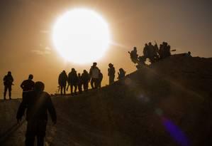 Soldados das Forças Democráticas Sírias, apoiadas pelos Estados Unidos, enfrentam os militantes remanescentes do Estado Islâmico às margens do Rio Eufrates Foto: Yan Boechat / Especial para O Globo
