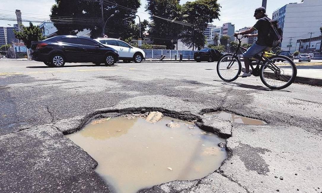 O buraco na Rua Felipe Camarão, no Maracanã, que há um mês obriga motoristas a desviarem: até plantas foram usadas como sinalização Foto: Pedro Teixeira / Agência O GLOBO