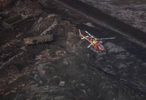 Helicóptero sobrevoa área afetada por desastre de Brumadinho Foto: DOUGLAS MAGNO / AFP