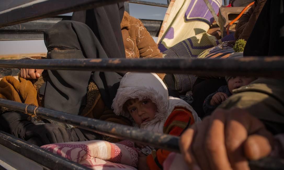 Famílias dos militantes do Estado Islâmico fogem da frente de batalha e são paradas por combatentes das Forças Democráticas Sírias Foto: Yan Boechat / Especial para O Globo