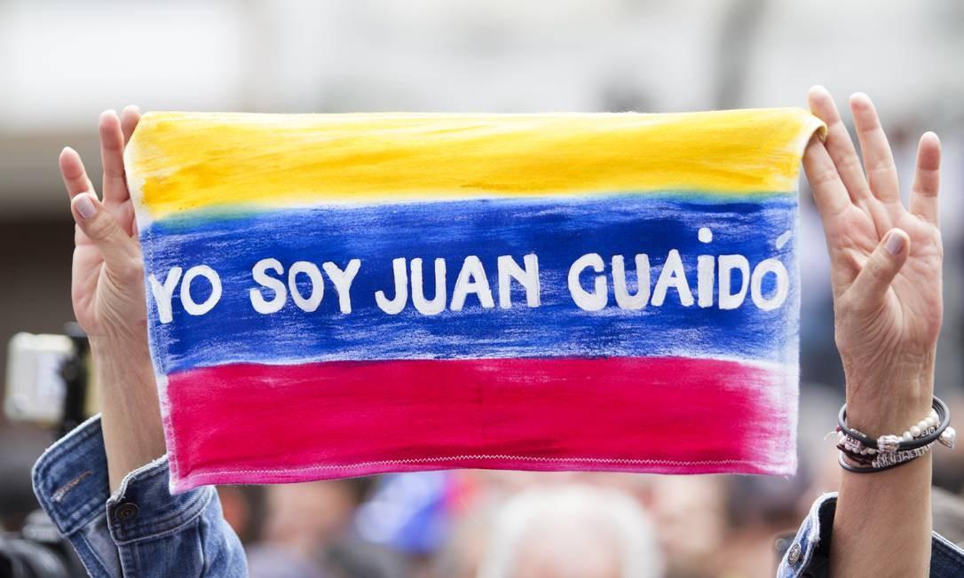 """Manifestante carrega bandeira com os dizeres """"Eu sou Juan Guaidó"""". Ainda que muitos países apoiem a legitimidade do presidente-interino, uma série de outros se opõem ao anúncio. Rússia, Turquia, China e Cuba são alguns dos que reforçaram apoio ao atual presidente Nicolas Maduro Foto: Getty Images / Getty Images"""