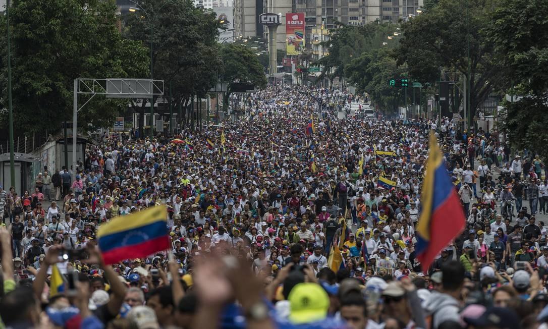 Milhares de venezuelanos foram às ruas de Caracas protestar contra o governo de Nicolas Maduro, no dia 23 de janeiro Foto: Anadolu Agency / Getty Images