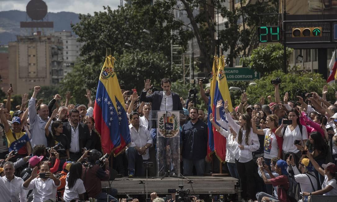 O lider da oposição, Juan Guaidó, fez ato simbólico durante manifestação. Ele fez um juramento para assumir interinamente a Presidência da Venezuela Foto: Marcelo Perez Del Carpio / Anadolu Agency / Getty Images