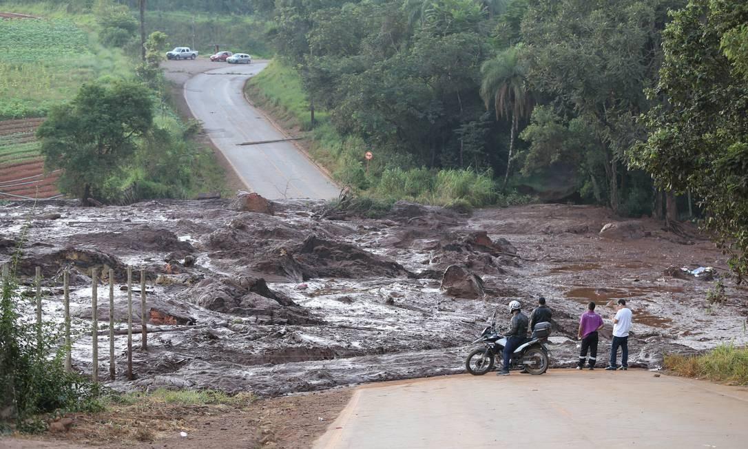 Trecho de estrada no Tejuco (MG) foi destruído pela lama de rejeitos da barragem de Brumadinho Foto: Marcia Foletto / Agência O Globo