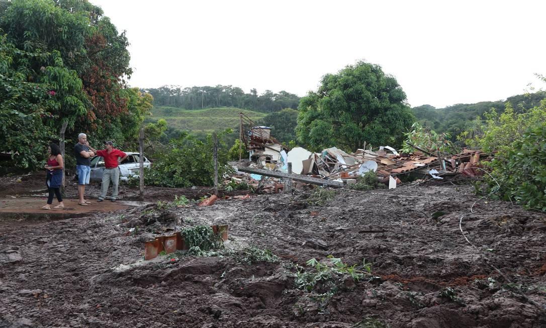 Moradores observam os escombros de casa destruída pelo rompimento da barragem da Mina do Feijão Foto: Marcia Foletto / Marcia Foletto