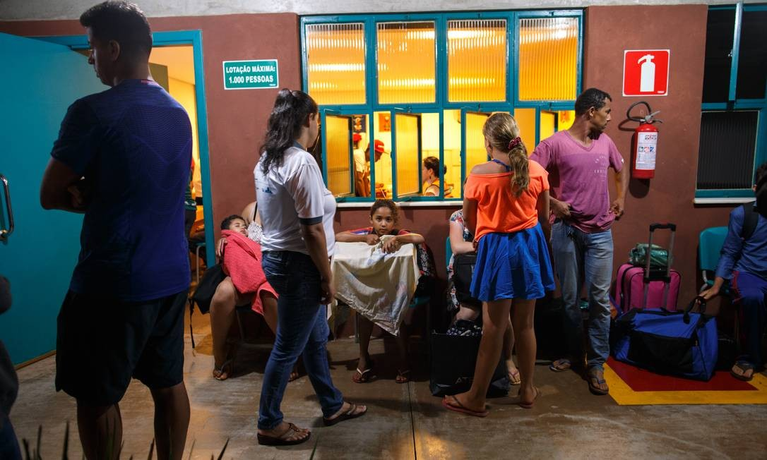 Familiares de Anael Jose da Silva, 34, que fugiram da lama e depois voltaram para buscar a calopsita. ele a mulher, Marineide Santos, 30, estavam em um centro da Vale esperando para serem hospedados em um hotel da cidade Foto: Daniel Marenco / Agência O Globo
