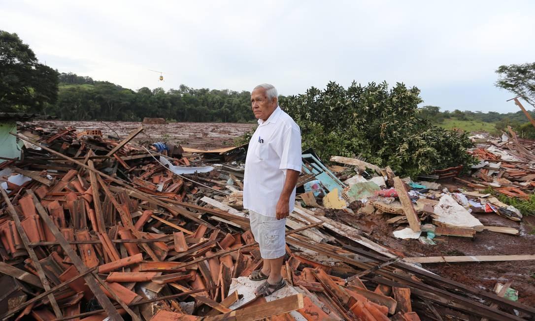 Romeu Simões de Brito, que morava em Parque Cachoeira vê os destroços de sua casa Foto: Marcia Foletto / Marcia Foletto