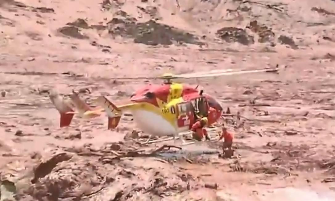 O helicóptero teve de ficar a poucos centímetros do chão Foto: reprodução TV Record