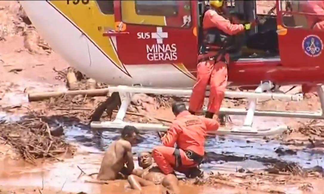 Jefferson Ferreira ajuda em resgate nas redondezas de pousada onde irmã, que está desaparecida, trabalhava Foto: Reprodução TV Record