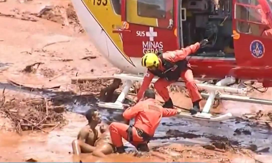 Um helicóptero de bombeiros do Rio de Janeiro também está no local ajudando nos salvamento Foto: Terceiro / reprodução TV Record