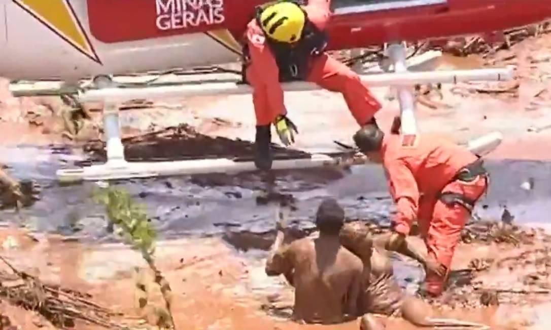 Bombeiros se comunicam com Jefferson Ferreira, que ajudou no resgate Foto: Terceiro / reprodução TV Record