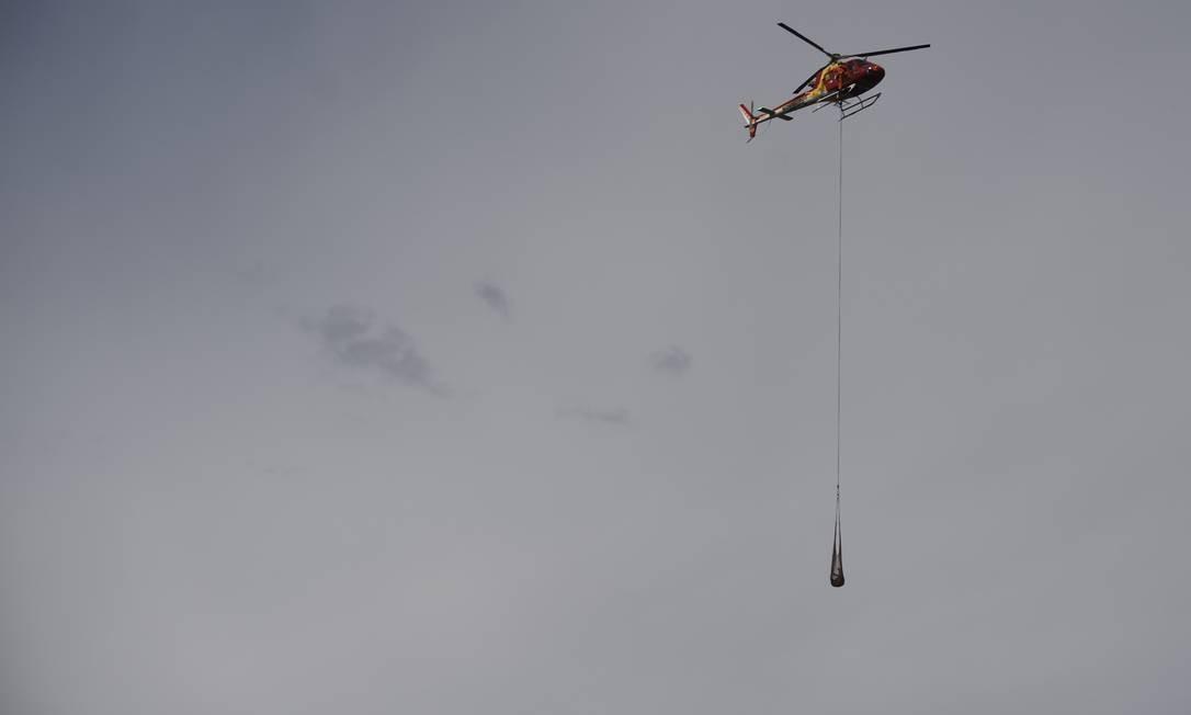 Bombeiros recuperam corpo da área atingida pela lama no Córrego do Feijão Foto: DOUGLAS MAGNO / AFP