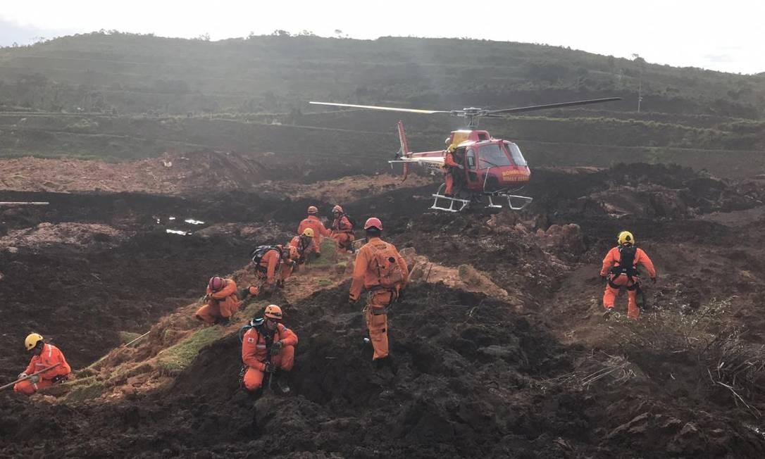 Equipe do Corpo de Bombeiros durante trabalho para resgate de vítimas em Brumadinho Foto: Divulgação