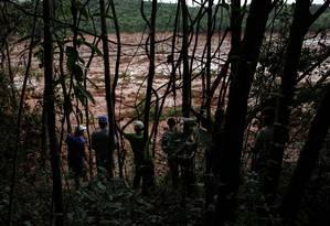 Moradores e trabalhadores da região de Brumadinho observam a lama deixada pelo rompimento da barragem da Vale Foto: Daniel Marenco / Agência O Globo