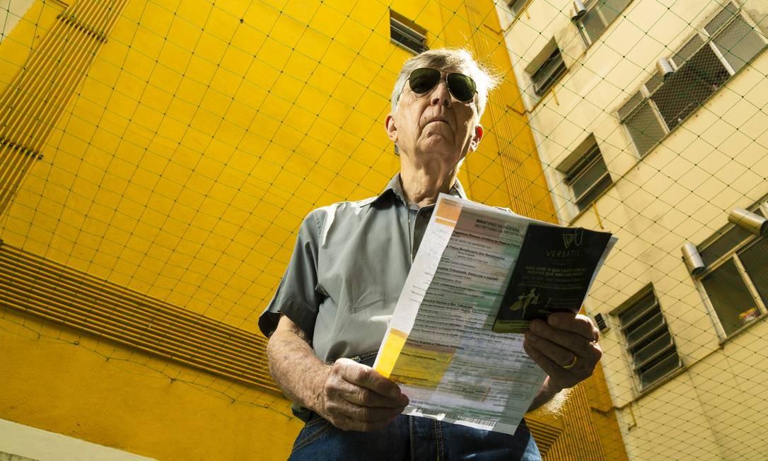 Atraso. O síndico Rômulo Sampaio reclamou da Light, que não entregou as contas de todas as unidades de seu edifício Foto: Leo Martins / Agência O Globo