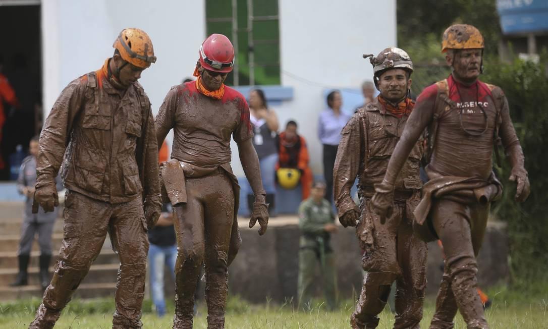Cobertos de lama, bombeiros chegam de helicóptero após tentativas de resgate em Brumadinho Foto: Márcia Foletto / Agência O Globo