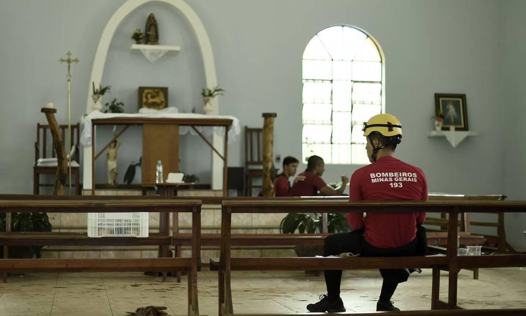 Bombeiros em Centro de Comando montado em uma igreja em Córrego do Feijão, Brumadinho (MG) Foto: Douglas Magno / AFP