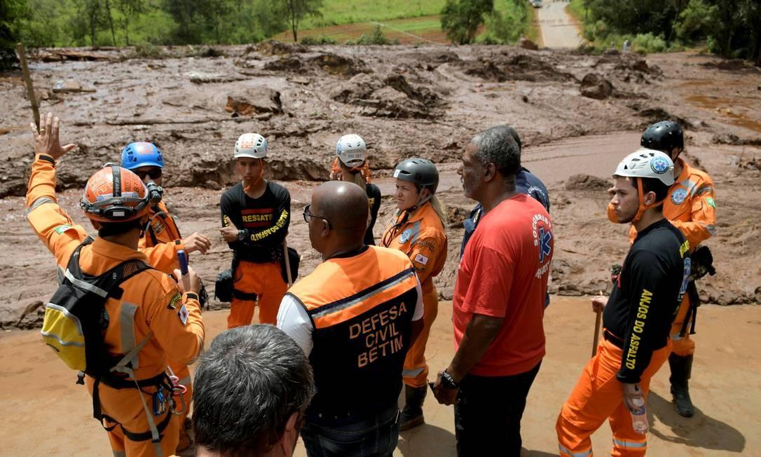 Trabalhadores de resgate e funcionários da Defesa Civil se reunem no resgate de vítimas do rompimento da bagagem de Brumadinho (MG) Foto: Washington Alves / REUTERS
