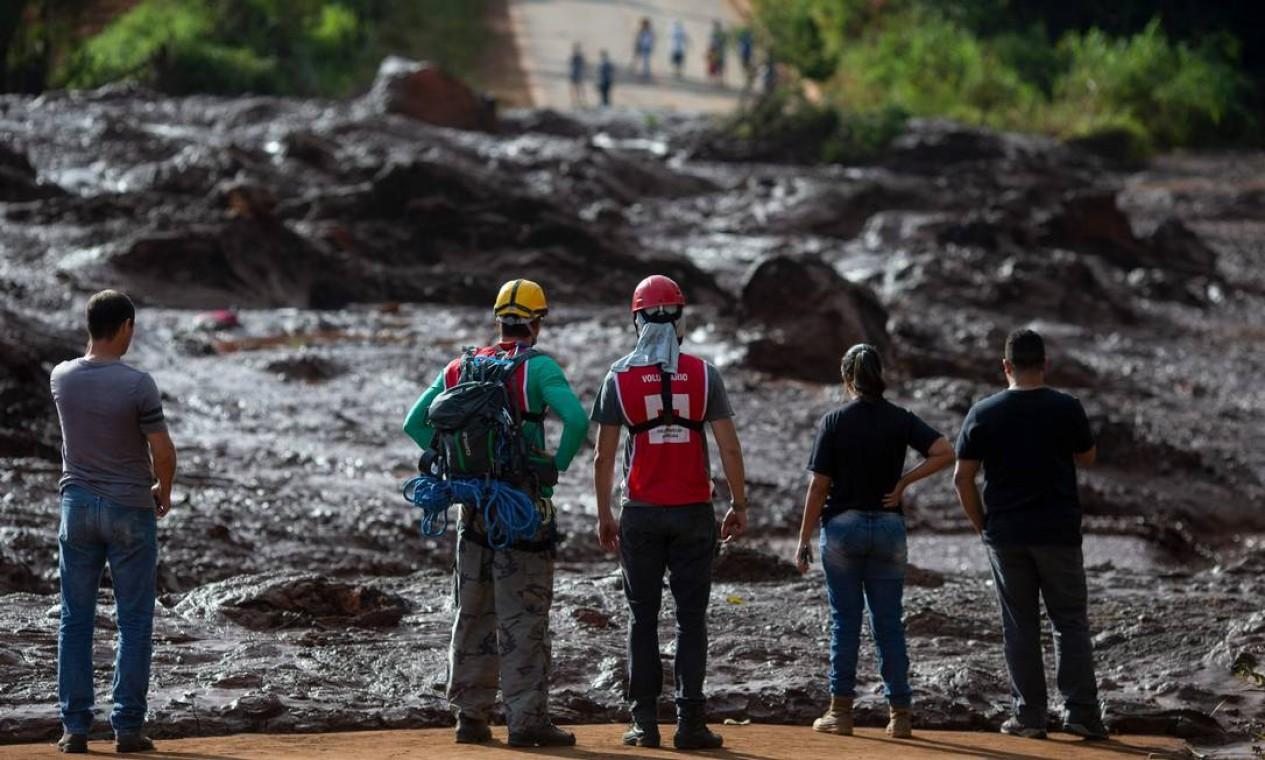 Povo da comunidade de Alfredo Torres observa área atingida pela lama após o incidente Foto: Mauro Pimentel / AFP