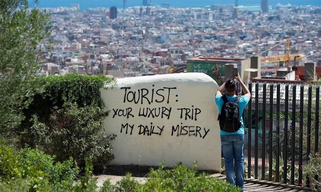 Protesto contra turistas no Park Guell, em Barcelona Foto: JOSEP LAGO / AFP