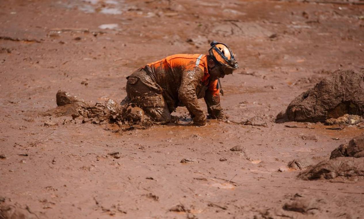 Bombeiros fazem busca por sobreviventes Foto: Daniel Marenco / Agência O Globo