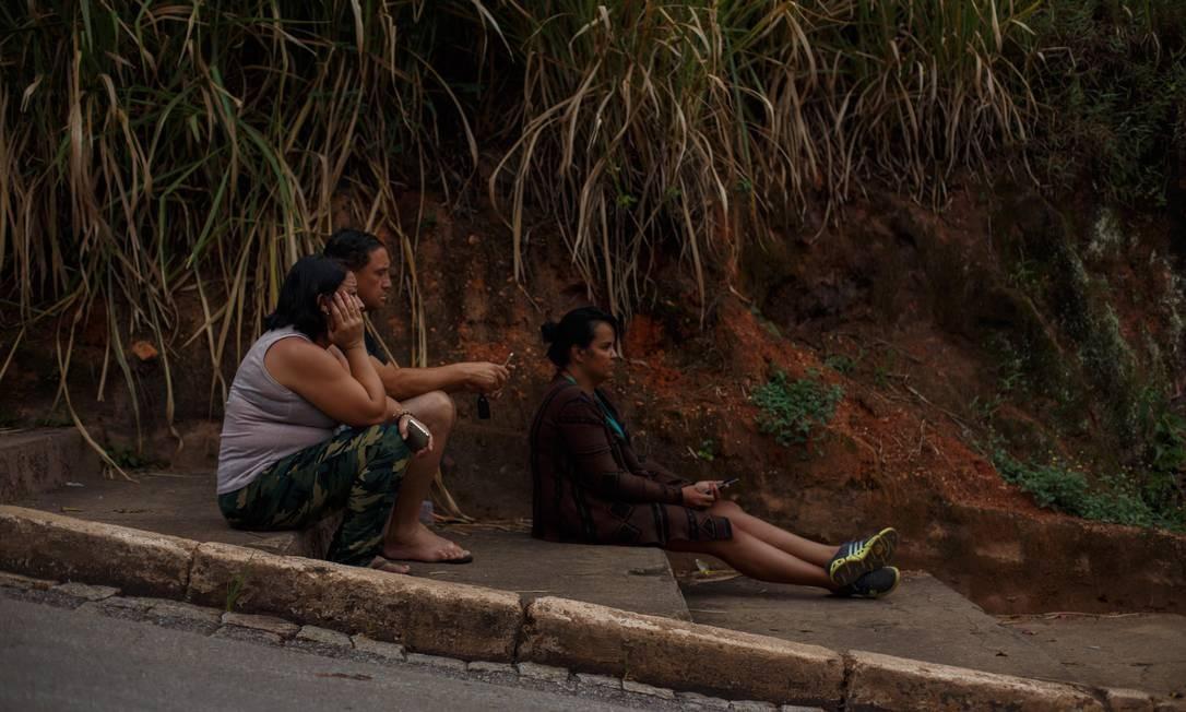 As sirenes de alerta tocaram às 5h30min deste domingo, em Brumadinho. Grupo aguarda notícias de familiares Foto: Daniel Marenco / Agência O Globo