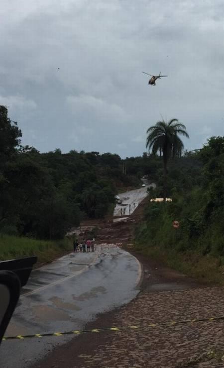 Helicóptero sobrevoa estrada interditada após ser atingida pela lama no incidente com a barragem no Córrego do Feijão, em Brumadinho Foto: Cleide Carvalho - Agência O Globo