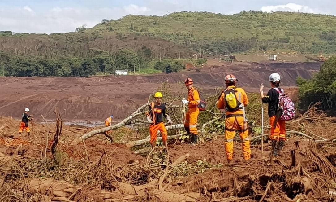 Trabalhos de resgate em Brumadinho foram interrompidos na manhã de domingo por causa do nevoeiro e do mau tempo na região Foto: Ana Lúcia Azevedo - Agência O Globo